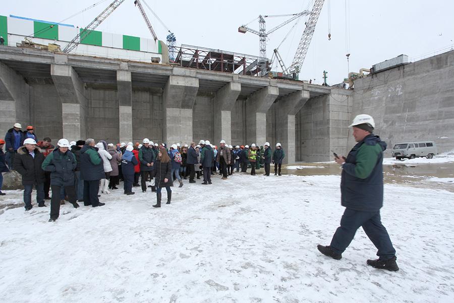 Последний раз люди стоят на дне отводящего канала
