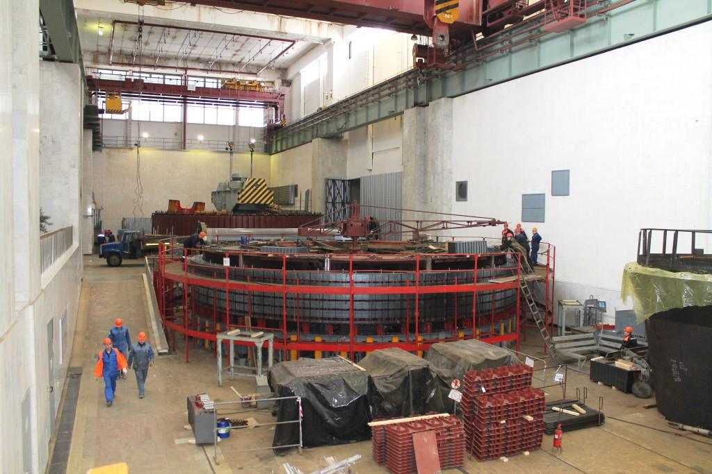 Замена железа обода ротора гидрогенератора на монтажной площадке Чебоксарской ГЭС