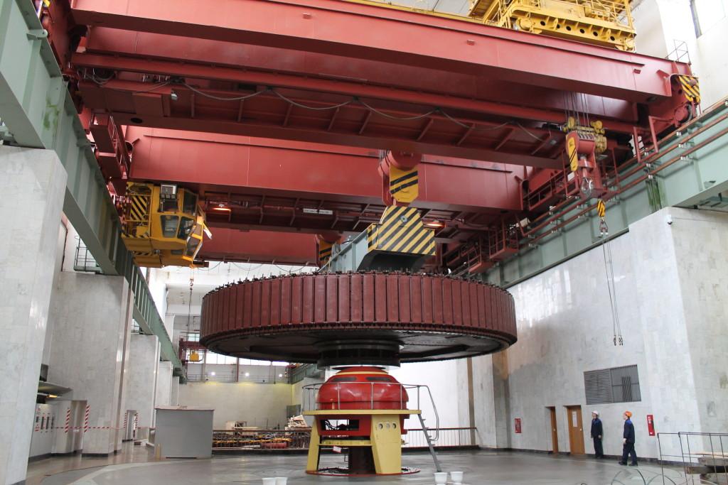 Ротор генератора весом 480 тонн на Чебоксарской ГЭС переносят одновременно два крана