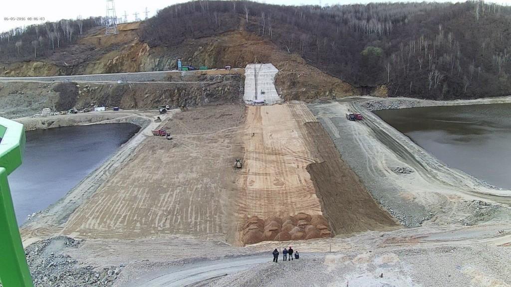 Грунтовая плотина. Вид с гребня бетонной плотины