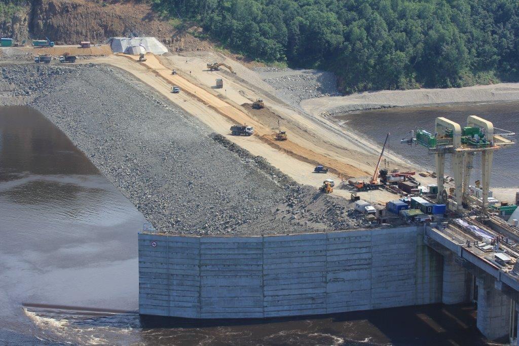 Грунтовая плотина. Вид с правобережной опоры ЛЭП